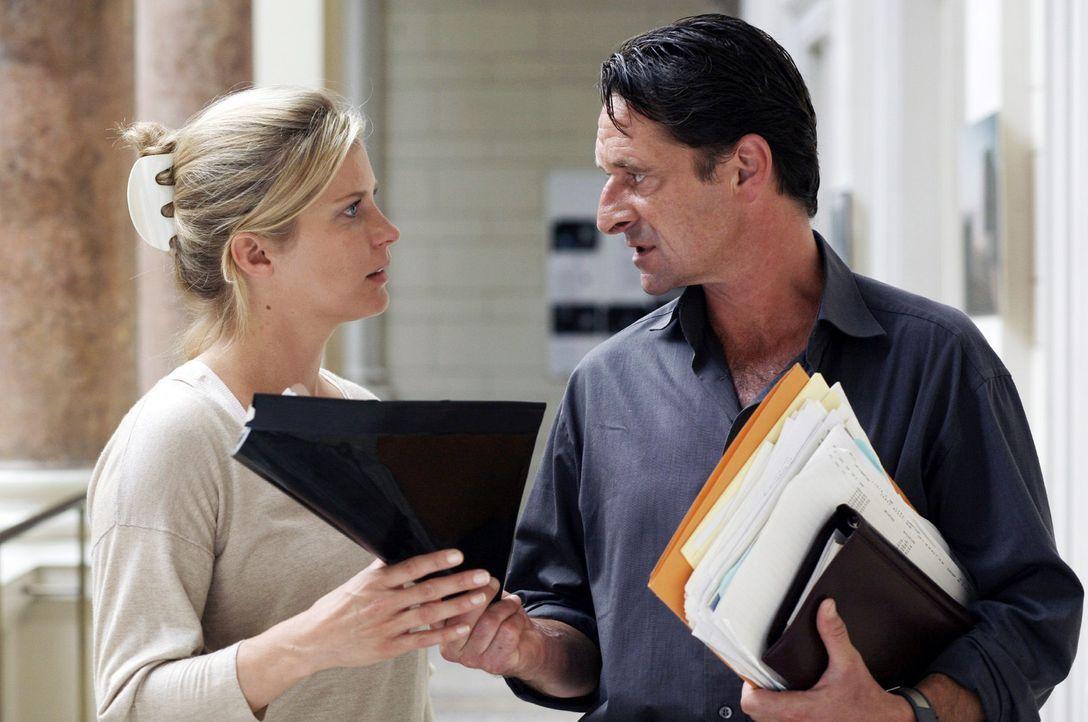 Andrea (Valerie Niehaus, l.) bittet Prof. Guttmann (Max Tidof, r.) um Hilfe. - Bildquelle: Sat.1