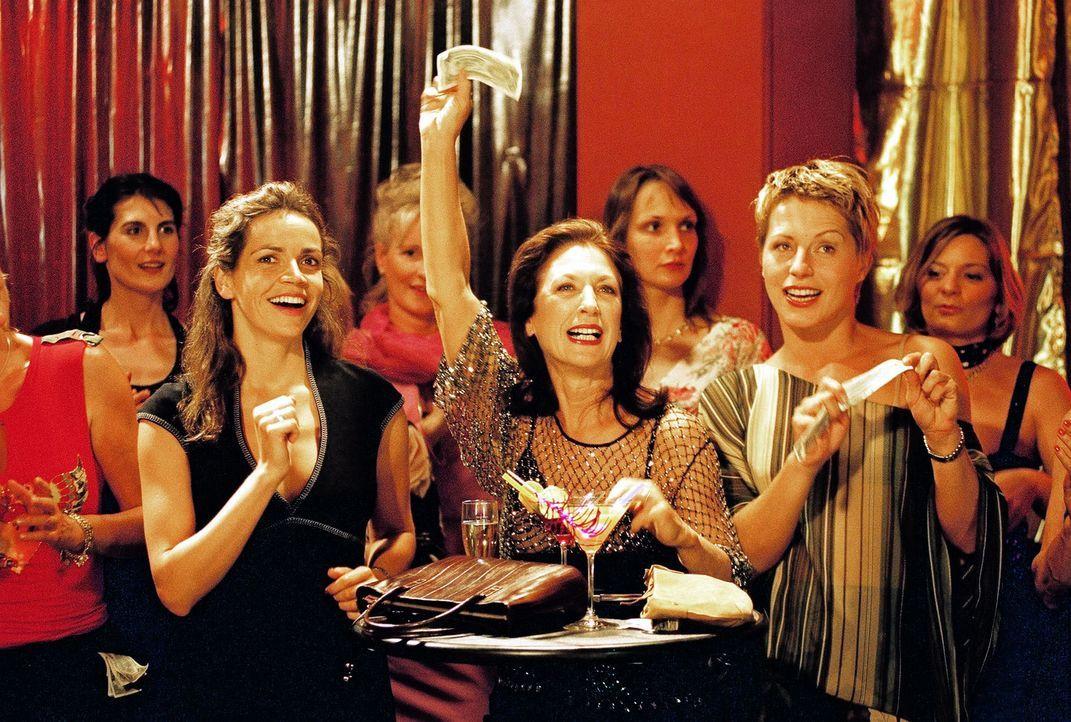 Nicht nur Sandra (Rebecca Immanuel, l.) und Patricia (Barbara Demmer, r.) gefällt die Strip-Show, auch Richterin Rosenberg (Daniela Ziegler, M.) is... - Bildquelle: Sat.1