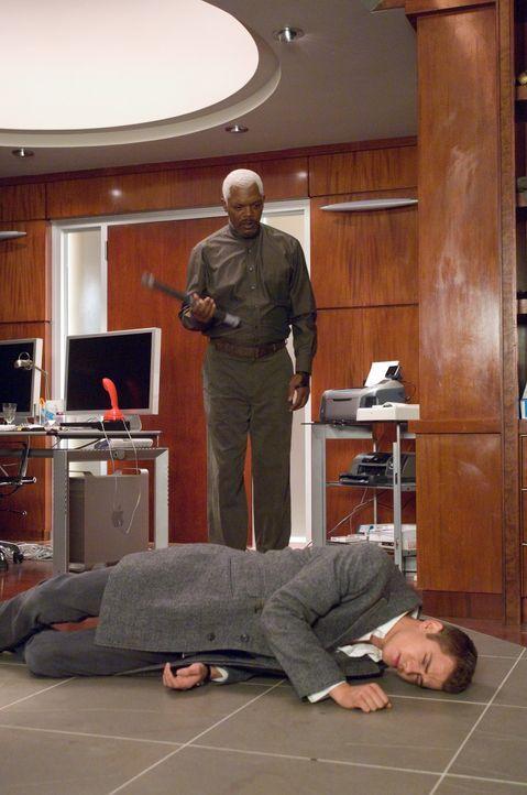 """Weil David (Hayden Christensen, r.) etwas leichtsinnig mit seinen Gaben um sich geworfen hat, wird """"Jumperjäger"""" Roland (Samuel L. Jackson, l.) auf... - Bildquelle: 2007 Epsilon Motion Pictures GmbH"""