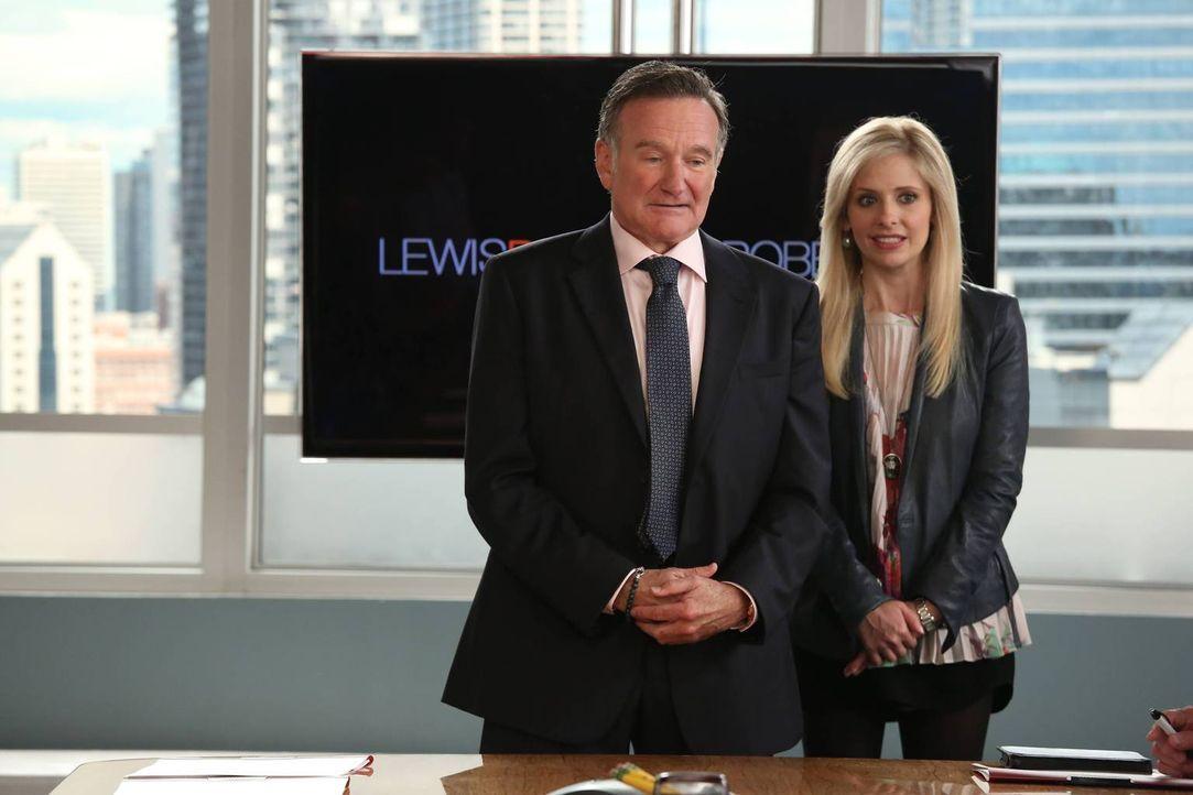 Der brillante Werbemanager Simon Roberts (Robin Williams, l.) arbeitet mit seiner Tochter Sydney (Sarah Michelle Gellar, r.) zusammen. Gemeinsam lei... - Bildquelle: 2013 Twentieth Century Fox Film Corporation. All rights reserved.