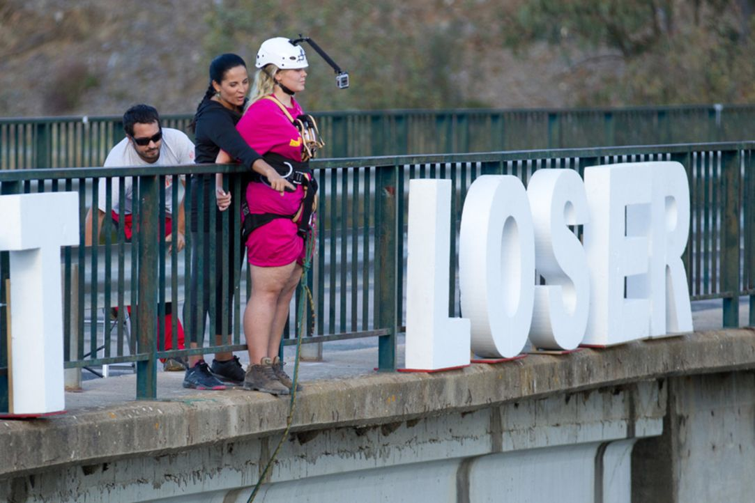 Hat Nicole (r.) den Mut, sich mit Hilfe von Silke (M.) von der hohen Brücke zu stürzen? - Bildquelle: Enrique Cano SAT.1