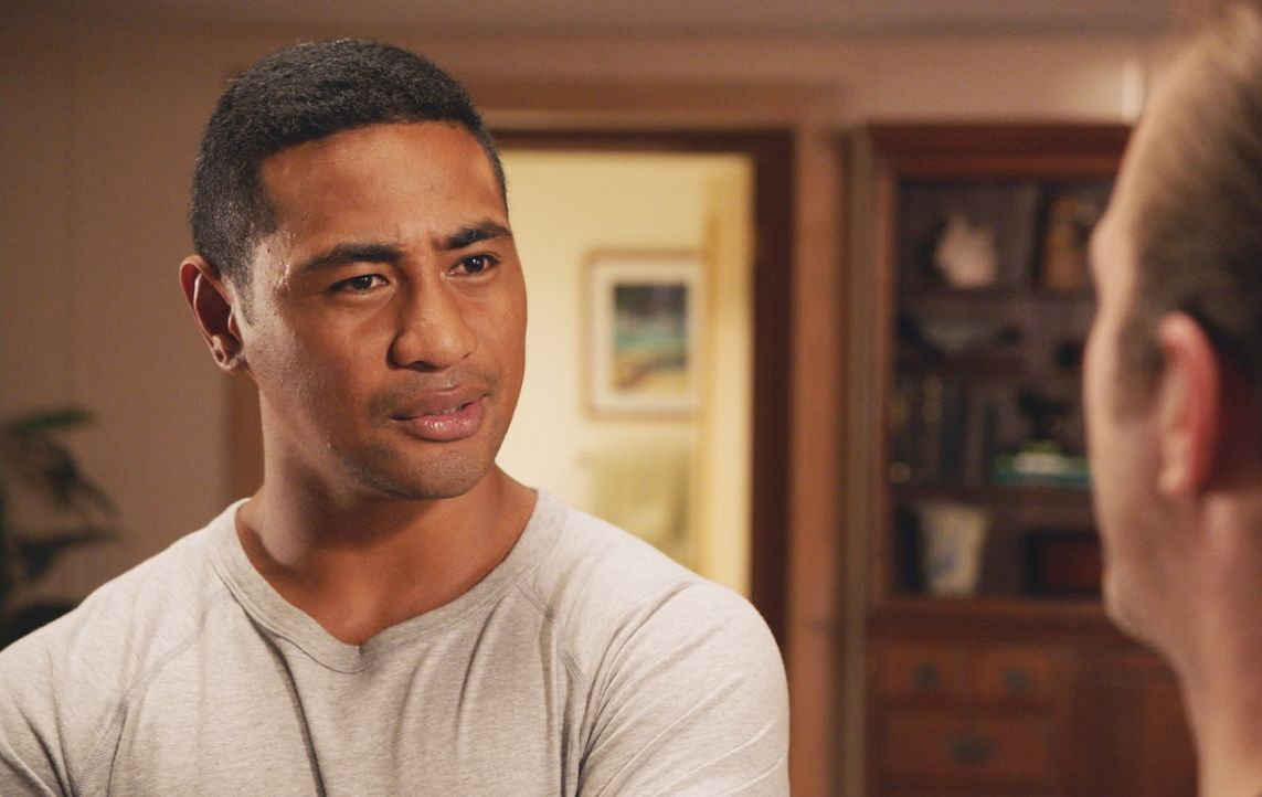 Er ist jetzt McGarretts Mitbewohner und arbeitet immer noch eifrig daran, ins Hawaii Five-0 Team aufgenommen zu werden: Junior (Beulah Koale) ... - Bildquelle: 2017 CBS Broadcasting Inc. All Rights Reserved.
