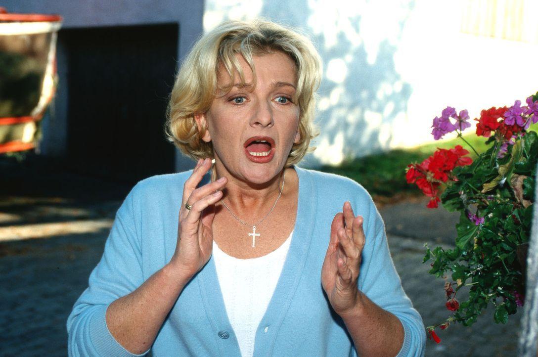 Cora Hobelsberger (Saskia Vester) findet ihren Mann Ambros tot auf ihrem Hof - mit der Mistgabel niedergestochen und dann mit einem Hammer erschlage... - Bildquelle: Magdalena Mate Sat.1