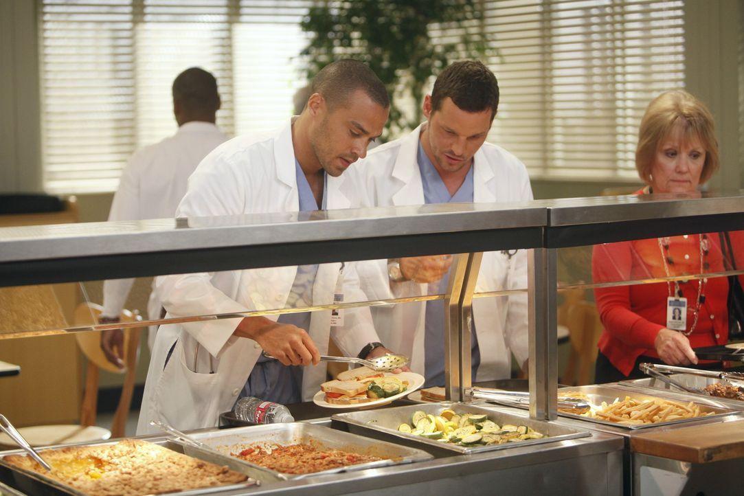 Während sich Jackson (Jesse Williams, l.), seiner Gefühle zu Lexie nach dem Baseball spiel nicht mehr sicher ist, erinnert die Ankunft von Louise,... - Bildquelle: ABC Studios
