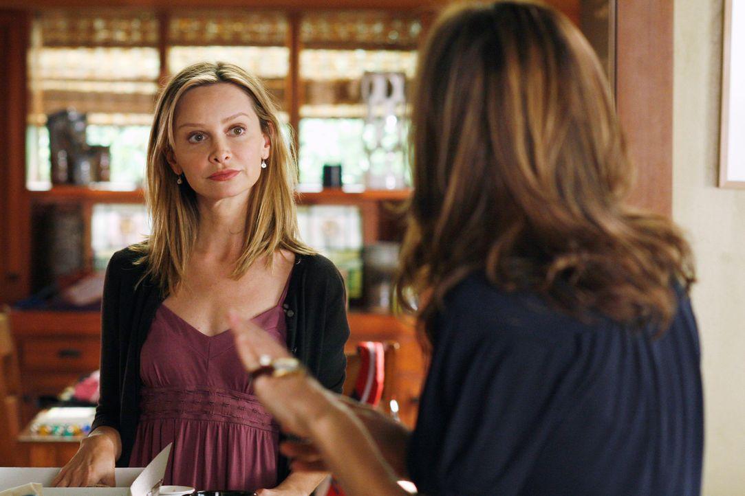 Als Kitty (Calista Flockhart, l.) Sarah (Rachel Griffiths, r.) erzählt, dass sie überzeugt ist, dass mit Paige etwas nicht stimmt, fühlt diese si... - Bildquelle: Disney - ABC International Television