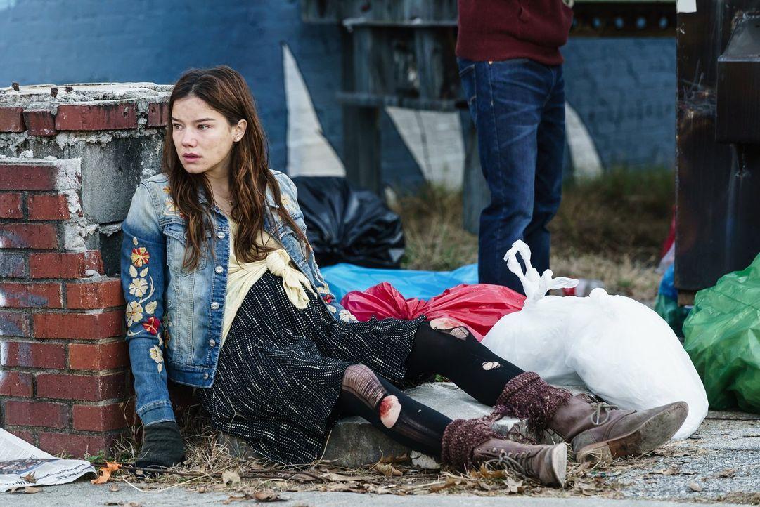 Auf ihrem Weg zu ihren Großeltern geraten Teresa (Hanna Mangan Lawrence) und Xander in die Gruppe der Protestierenden und nicht alle dort sind gesun... - Bildquelle: Warner Brothers