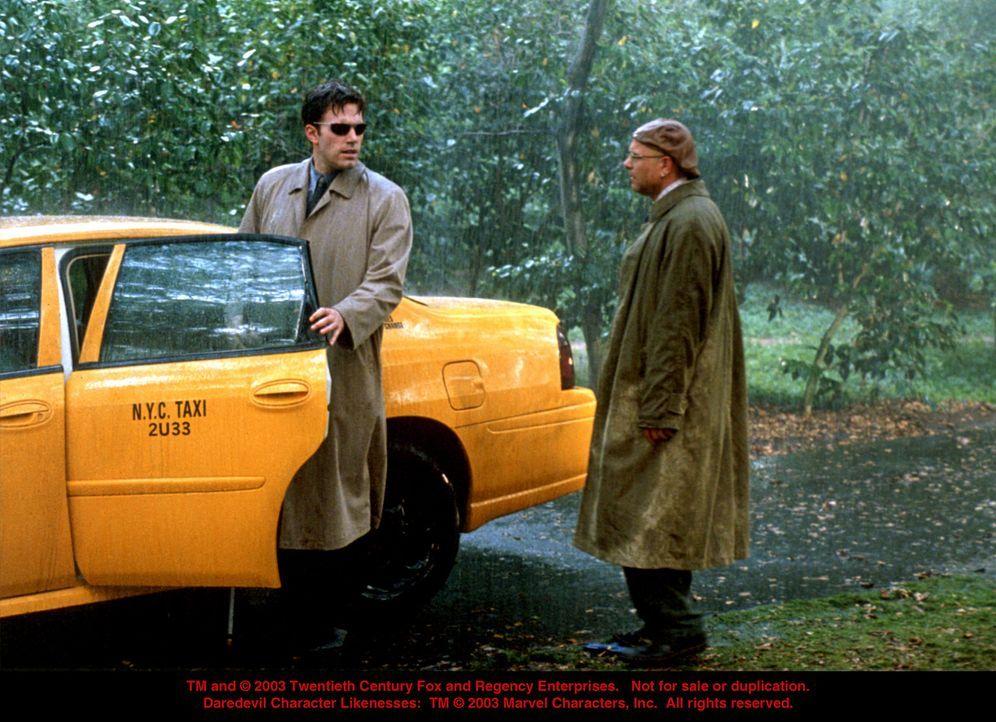 """Der New York Post-Sensationsjournalist Ben Urich (Joe Pantoliano, r.) ahnt, dass Anwalt Matt Murdock (Ben Affleck, l.) etwas mit dem dubiosen """"Dared... - Bildquelle: 20th Century Fox"""