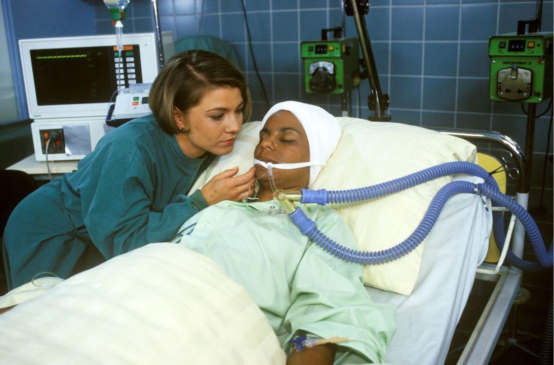 Schwester Stephanie (Claudia Schmutzler, l.) bangt um Physiotherapeutin Maria (Adisat Semenitsch, r.), die seit ihrem Unfall im Koma liegt. - Bildquelle: Noreen Flynn Sat.1
