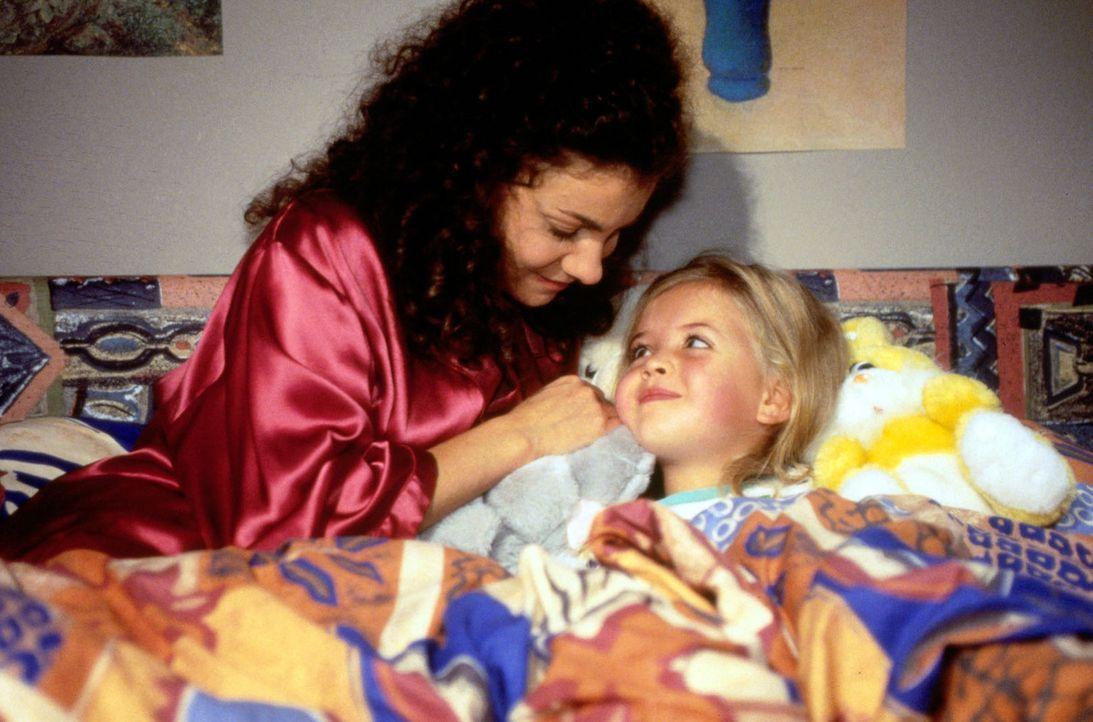 Während ihre Mama wegen starker Bauchschmerzen ins Krankenhaus muss, kümmert sich Stefanie (Kathrin Waligura, l.) liebevoll um die kleine Luise (D... - Bildquelle: Noreen Flynn Sat.1