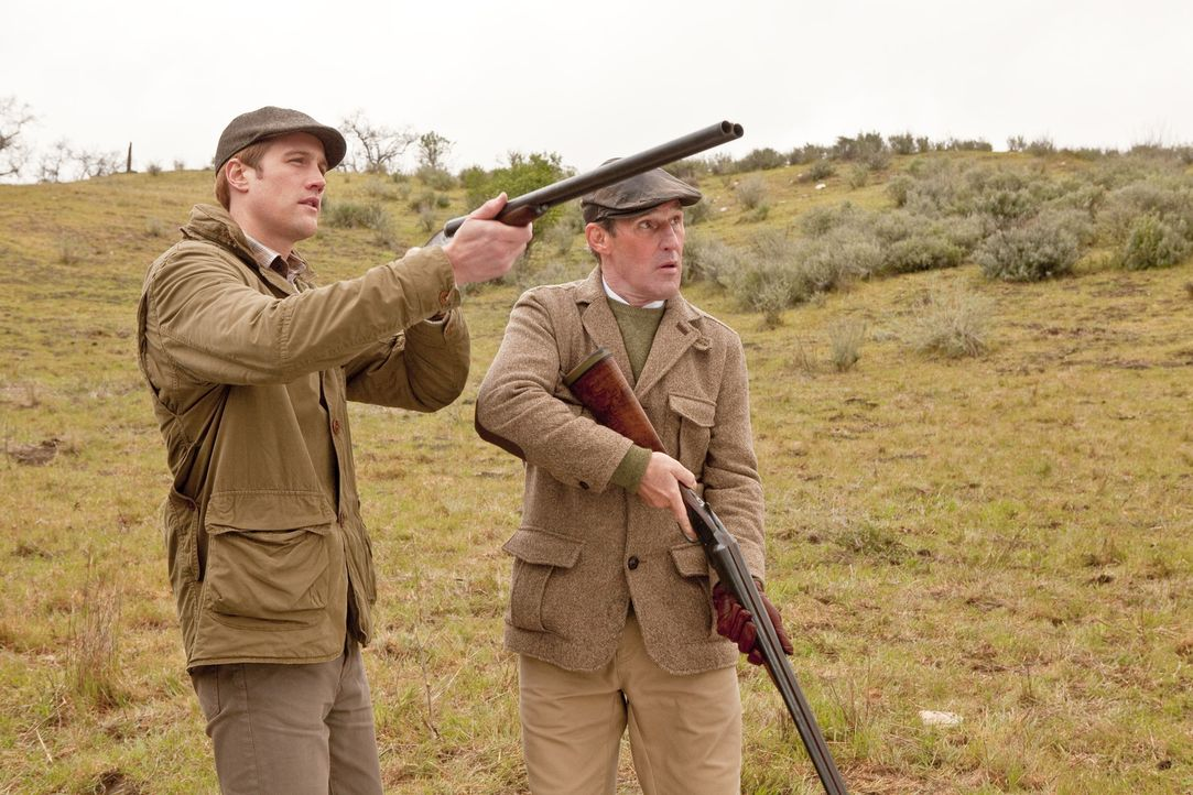 William (Nico Evers-Swindell, l.) und sein Vater (Ben Cross, r.) amüsieren sich bei der Entenjagd. - Bildquelle: The Königsberg Company
