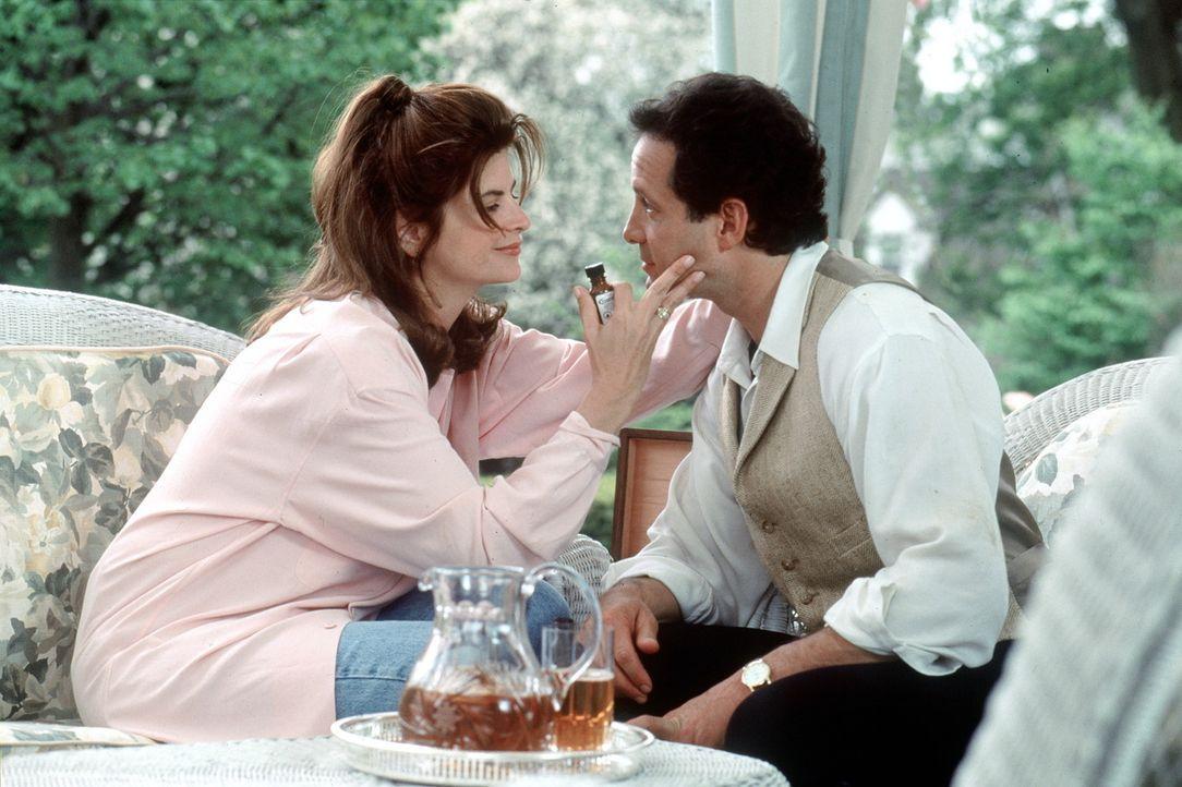 Diane (Kirstie Alley, l.) und Roger (Steve Guttenberg, r.) kommen sich endlich näher. Amanda und Alyssa sehen sich schon am Ende ihrer Träume - do... - Bildquelle: Warner Bros.
