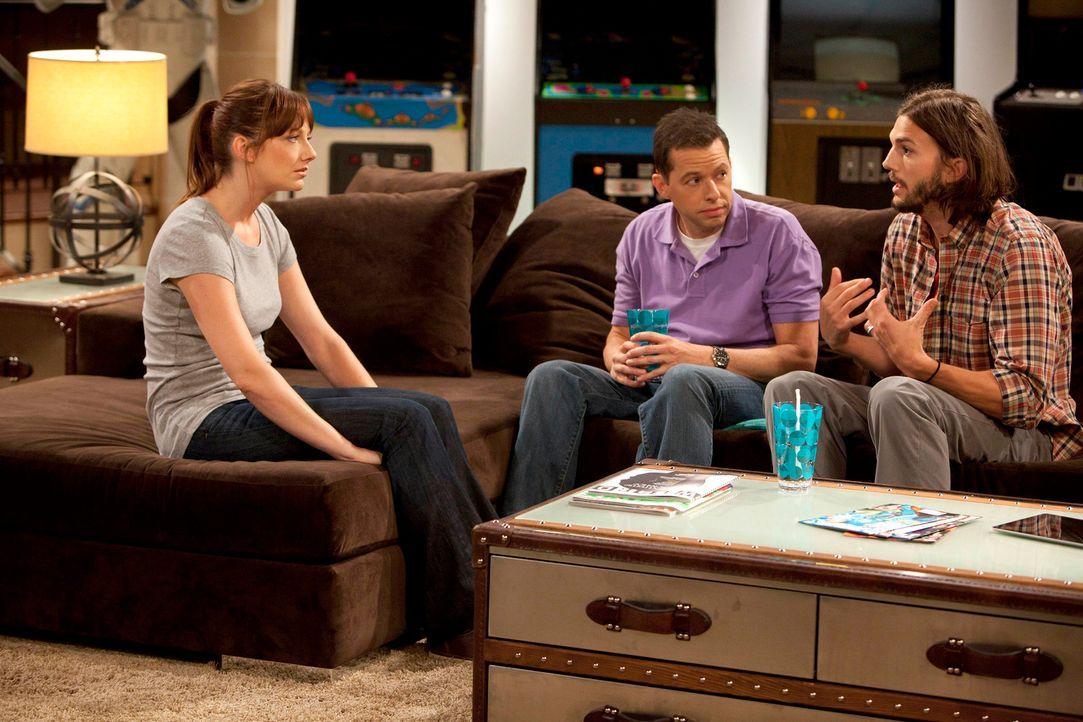 Um Bridget (Judy Greer, l.) wieder für sich zu gewinnen, nimmt Walden (Ashton Kutcher, r.) Alan (Jon Cryer, M.) mit zu ihr. Doch ist das eine gute I... - Bildquelle: Warner Brothers Entertainment Inc.