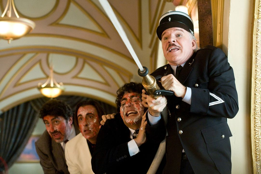 Inspektor Jacques Clouseau (Steve Martin, r.) treibt sein internationales Ermittlungsteam, Pepperidge (Alfred Molinader), Vincenzo (Andy García), K... - Bildquelle: Peter Iovino 2009 Metro-Goldwyn-Mayer Pictures Inc. and Columbia Pictures Industries, Inc. All rights reserved.