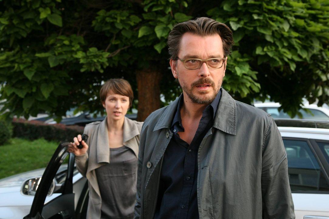 Stehen vor einem Rätsel: Kommissar Lenz (Hary Prinz, r.) und seine Assistentin (Julia Koschitz, l.) ... - Bildquelle: Stefan Haring SAT. 1