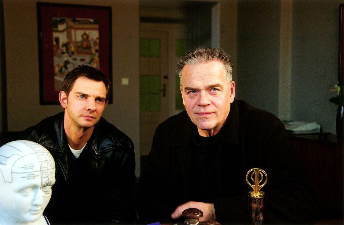 Kommissar Wolff (Jürgen Heinrich, r.) und Tom (Steven Merting, l.) befragen David Kondschaks behandelnden Arzt Dr. Hegel. - Bildquelle: Claudius Pflug Sat.1