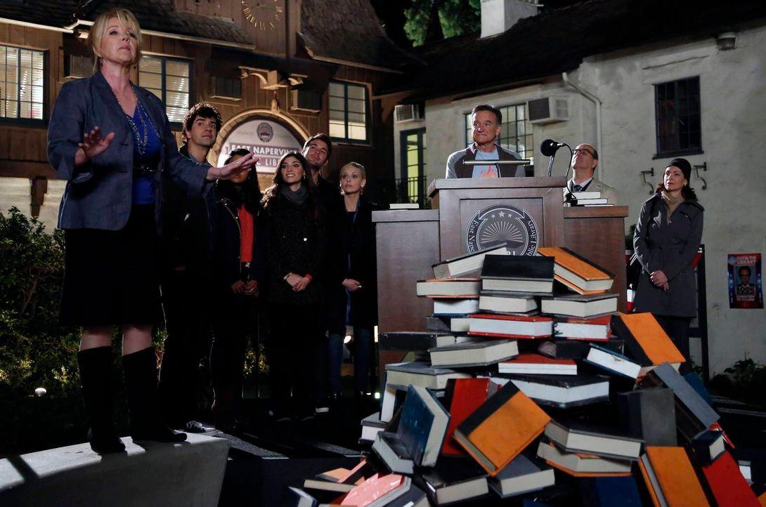 Das Team unterstützt Simon (Robin Williams, 3.v.r.) dabei, eine Bücherei vor der Schließung zu retten: Sydney (Sarah Michelle Gellar, 4.v.r.), Zach... - Bildquelle: 2014 Twentieth Century Fox Film Corporation. All rights reserved.