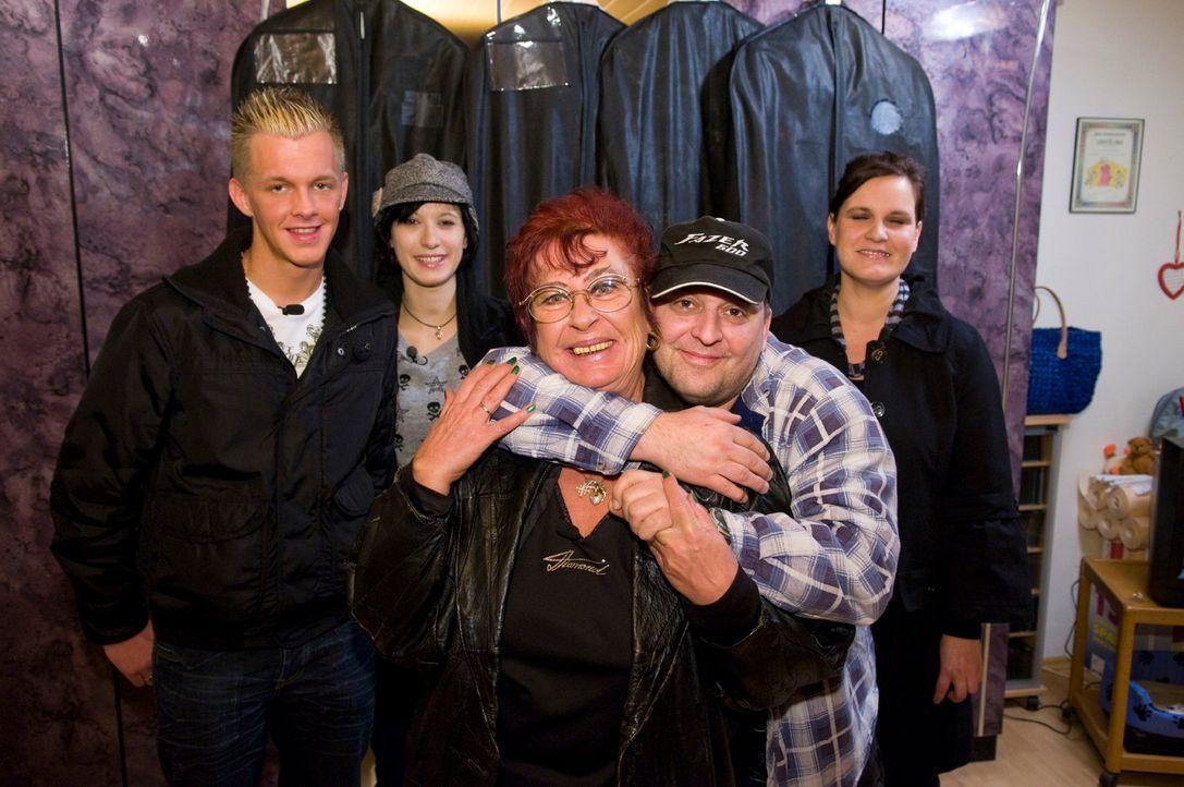 Markus (2.v.r.) freut sich darauf, die Outfits, die die Kandidaten (v.l.n.r.: Norman, Daniela, Sigrid und Dorothea) für ihn zusammengestellt haben,... - Bildquelle: Martin Menke Sat.1