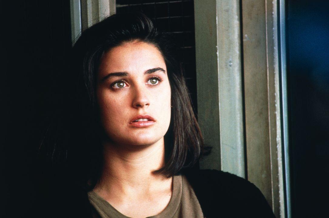 Im Appartement ihres neuen Untermieters macht die schwangere Abby (Demi Moore) eine seltsame Entdeckung ... - Bildquelle: TriStar Pictures
