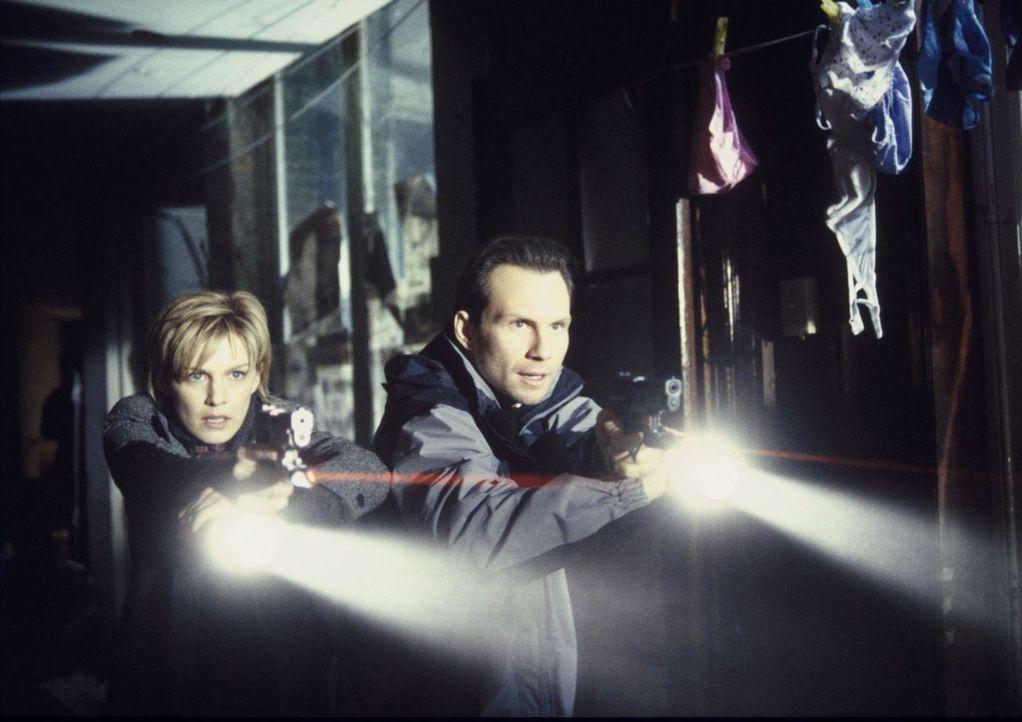 Werden zu FBI-Agenten ausgebildet und müssen sich dabei einigen ganz besonderen Aufgaben stellen: Sarah Moore (Kathryn Morris, l.) und J.D. Reston (... - Bildquelle: Tobis Film