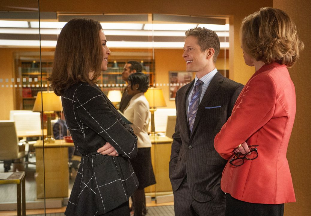Diane (Christine Baranski, r.), Cary (Matt Czuchry, M.) und, auf seinen besonderen Wunsch hin, Alicia (Julianna Margulies, l.) vertreten Colin Sween... - Bildquelle: Jeffery Neira 2014 CBS Broadcasting Inc. All Rights Reserved.