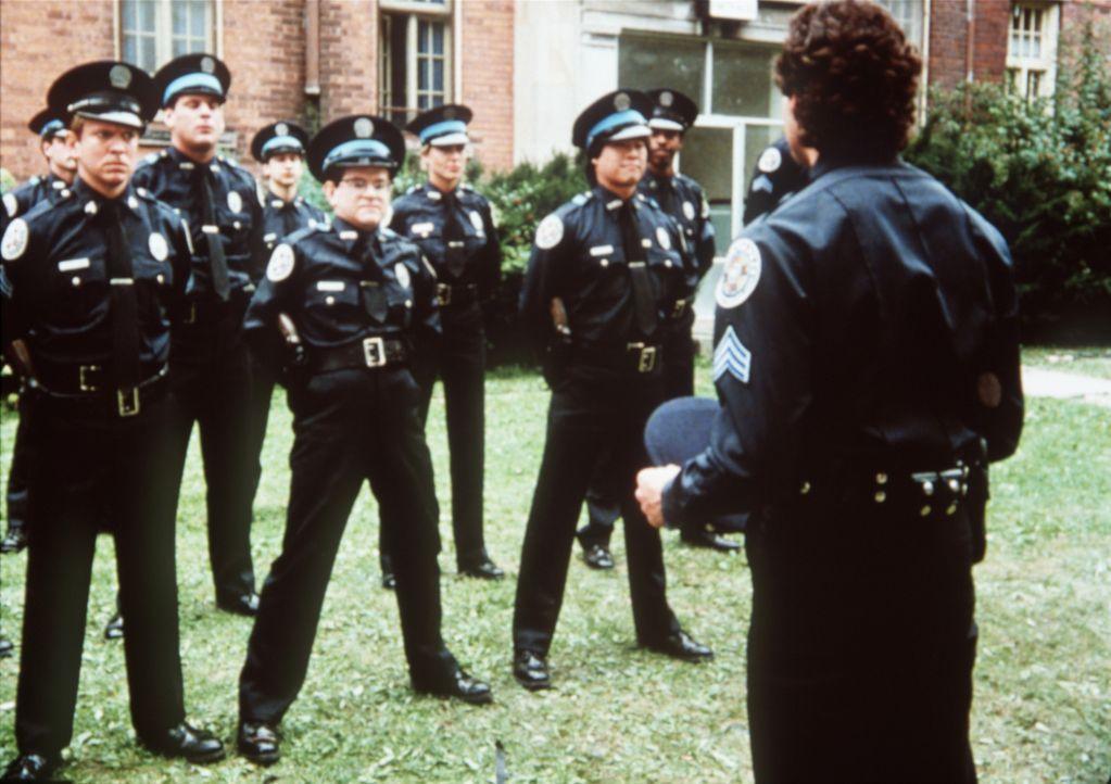 Mahoney (Steve Guttenberg, r.) arbeitet als Ausbilder mit unkonventionellen Methoden ... - Bildquelle: Warner Bros.