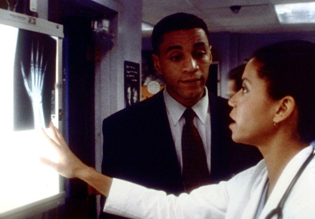 Weil Jeanie (Gloria Reuben, r.) sich wieder um ihren Ex-Mann Al (Michael Beach, l.) kümmert, ist Dr. Fischer ziemlich enttäuscht ... - Bildquelle: TM+  2000 WARNER BROS.