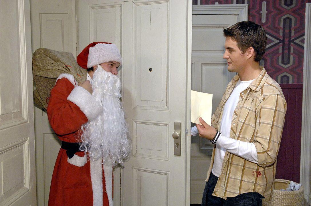 Nicht ahnend, wer da vor ihm steht, erhält Lars (Alexander Klaws, r.) von Rico (Jannik Bueddig, l.) ein unangenehmes Geschenk. - Bildquelle: Claudius Pflug Sat.1