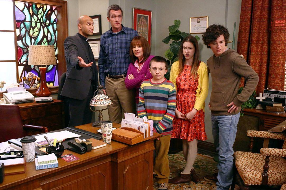 (v.l.n.r.) Reverend Deveaux (Keegan-Michael Key); Mike (Neil Flynn); Frankie (Patricia Heaton); Brick (Atticus Shaffer); Sue (Eden Sher); Axl (Charl... - Bildquelle: Warner Brothers