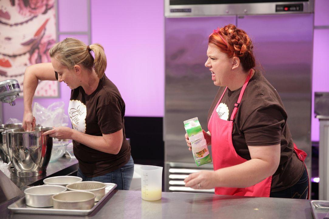 """Sind sich Bäckerin Viki Cane (l.) und ihre Assistentin Reva Alexander-Hawk (r.) wirklich einig darüber, wie sie ihren """"Hello Kitty"""" Kuchen machen wo... - Bildquelle: 2015, Television Food Network, G.P. All Rights Reserved"""
