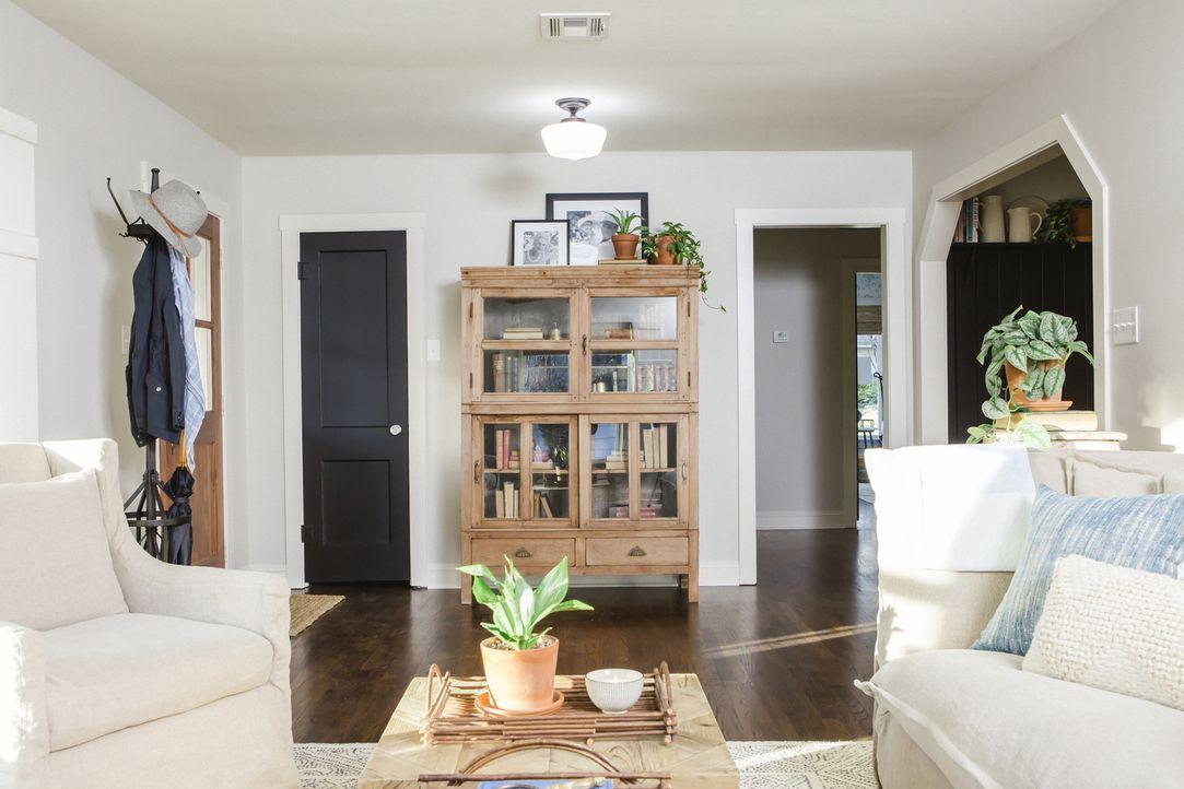 Im Eingangsbereich des Wohnzimmers haben Chip und Joanna einen Wandkleiderschrank integriert und durch das Wegnehmen des Kamins den Raum mit einem T... - Bildquelle: Jennifer Boomer 2017, Scripps Networks, LLC. All Rights Reserved.