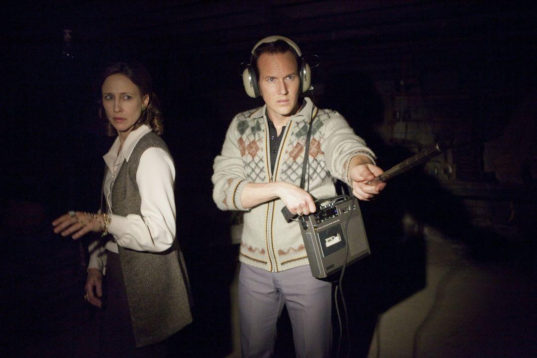 Die beiden erfahrenen Geisterjäger Ed (Patrick Wilson, r.) und Lorraine Warren (Vera Farmiga, l.) werden schon bald mit einem Schrecken konfrontiert... - Bildquelle: Warner Brothers