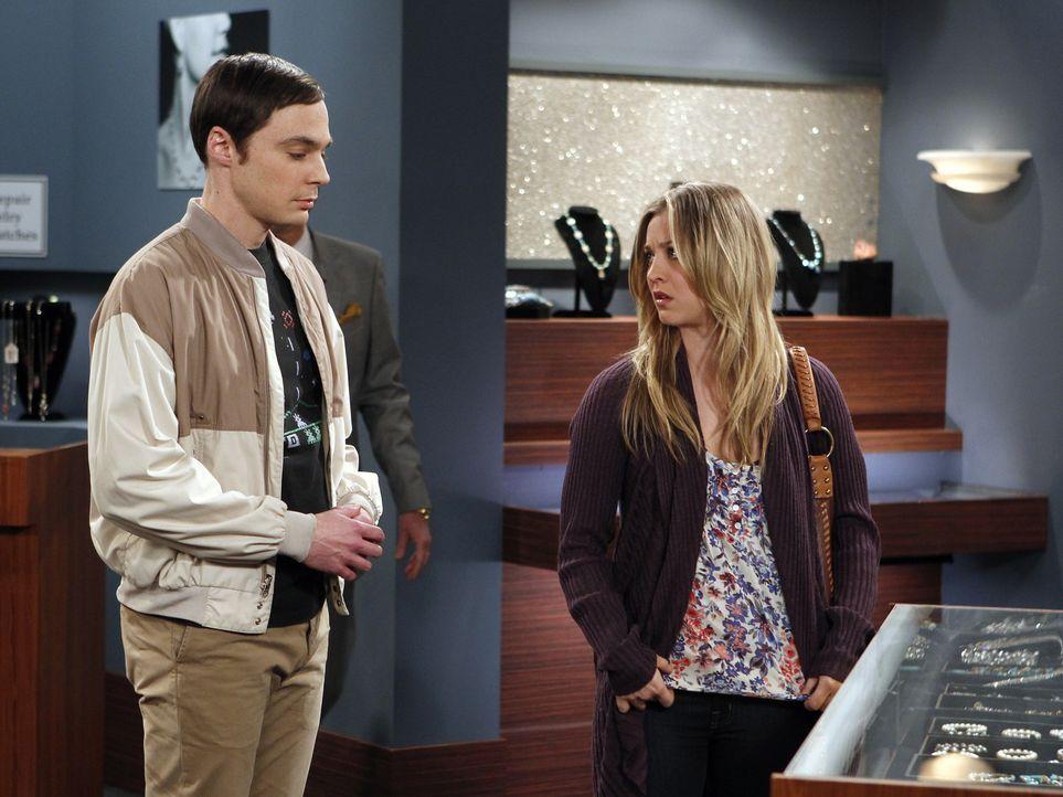 Nachdem Sheldon (Jim Parsons, l.) durch sein Verhalten Amy verletzt hat, möchte er ihr zur Wiedergutmachung ein Geschenk kaufen.  Penny (Kaley Cuoco... - Bildquelle: Warner Bros. Television