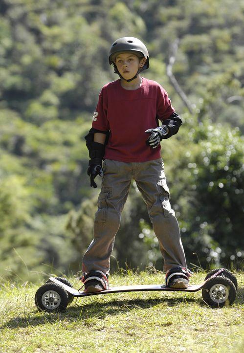 """Chris (Jake T. Austin) will sich nicht mit seinem neuen """"Onkel"""" Johnny Kapahala anfreunden. Er treibt sich lieber mit den """"Dirt Devils"""" herum, deren... - Bildquelle: Disney. All rights reserved"""