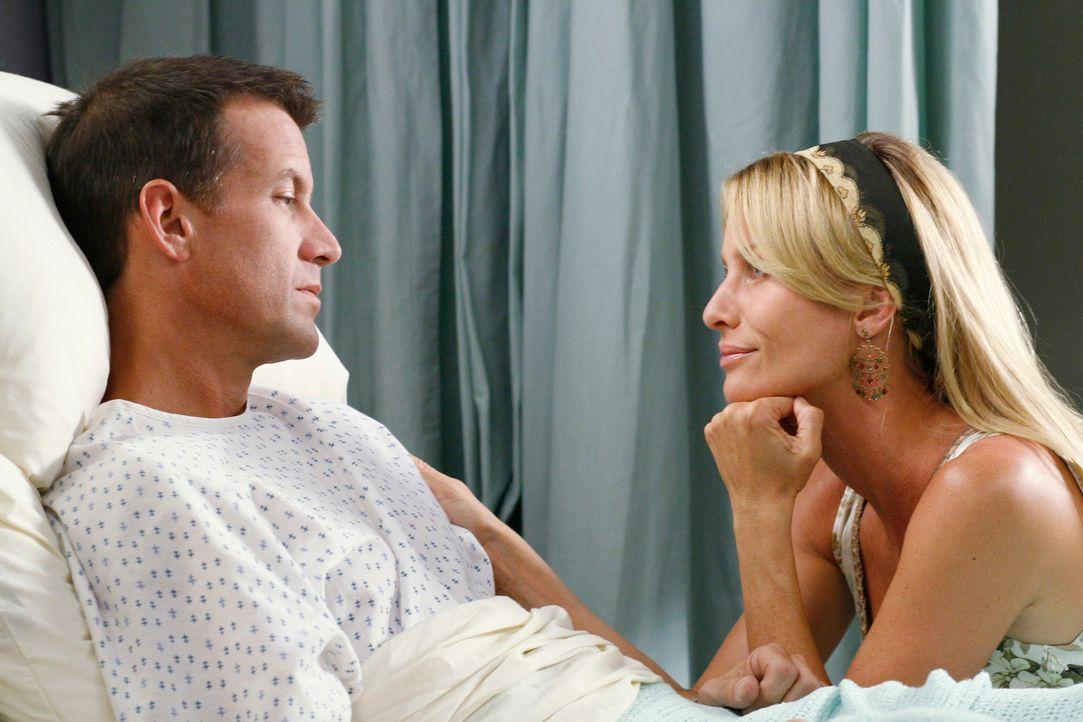 Edie (Nicolette Sheridan, l.) feiert ihren Triumph über ihre Erzfeindin Susan und redet Mike (James Denton, r.)  sogar ein, dass er Susan nie gelieb... - Bildquelle: 2005 Touchstone Television  All Rights Reserved