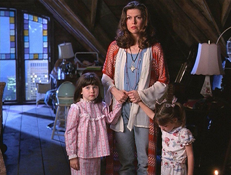 Patty Halliwell (Finola Hughes, M.) steht plötzlich ihren erwachsenen Töchtern gegenüber. Das kann eigentlich nicht sein, denn Prue (Emmalee Thom... - Bildquelle: Paramount Pictures