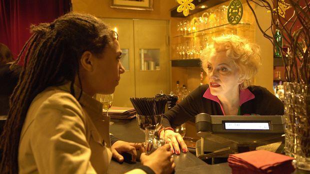 Kaye (Laura Schneider, l.) wird von Leonie (Veronika von Quast, r.) auf die I...