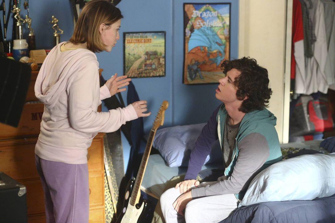 Sue (Eden Sher, l.); Axl (Charlie McDermott, r.) - Bildquelle: Warner Brothers