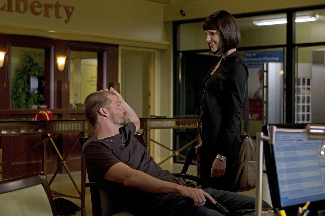 Mit ihnen ist nicht zu spaßen: Chris (Evan Jones, l.) und Izzy (Tricia Helfer, r.) ... - Bildquelle: ABC Studios