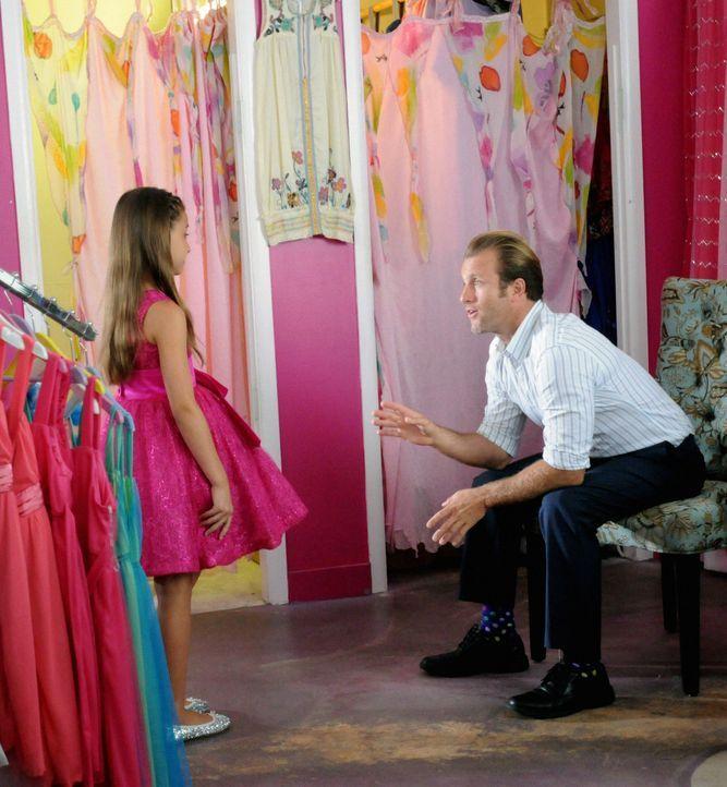 Eigentlich wollte sich Danny (Scott Caan, r.) einfach nur auf seinen Vater-Tochter-Tanzabend  mit Grace (Teilor Grubbs, l.) freuen, aber wie immer m... - Bildquelle: 2012 CBS Broadcasting, Inc. All Rights Reserved.