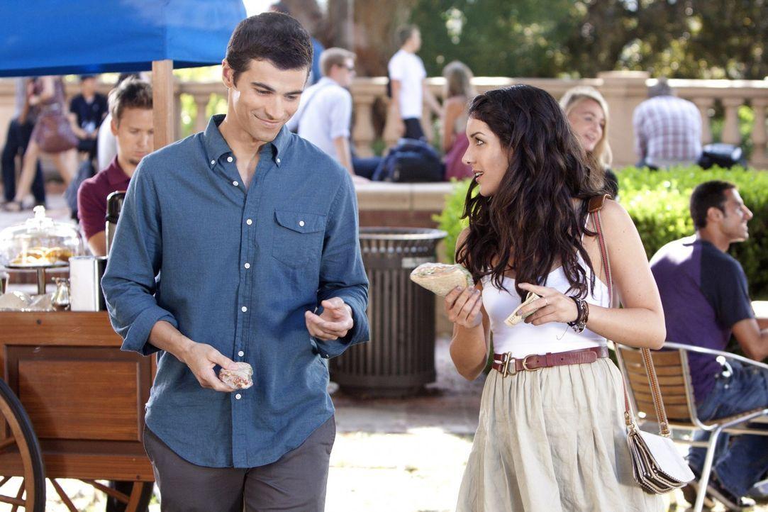 Annie (Shenae Grimes, r.) last sich von dem smarten Jeremy (Matt Cohen, l.) um den Finger wickeln ... - Bildquelle: TM &   2011 CBS Studios Inc. All Rights Reserved.