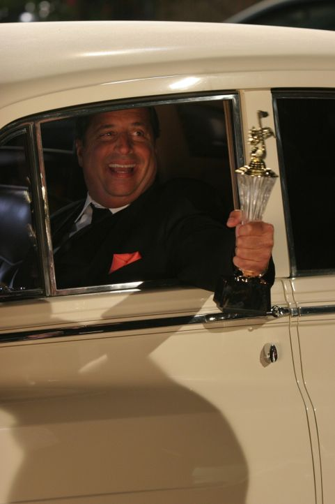 Der stolze Gewinner des besten Werbejingle: Archie (Jon Lovitz) ... - Bildquelle: Warner Brothers Entertainment Inc.