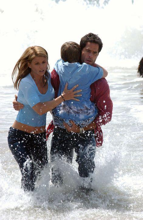 Das Meer birgt viele Gefahren: Johnny (Shawn Christian, r.), Derrick (Nick Benson, M) und Ava (Lori Loughlin, l.) ... - Bildquelle: CBS Television