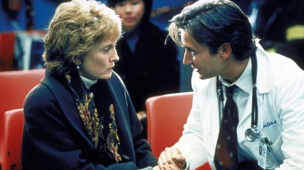 Dr. Carter (Noah Wyle, r.) verspricht Mrs. Richards (Laurie O'Brien, l.), ihr...