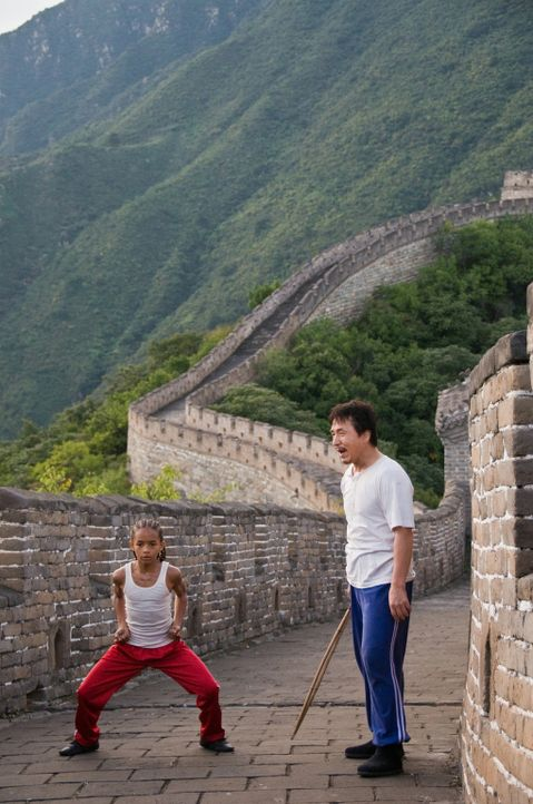Anfangs tut sich Dre (Jaden Smith, l.) ziemlich schwer, zu verstehen, dass es Han (Jackie Chan, r.) als erfahrenen und erfolgreichen Kung Fu-Kämpfer... - Bildquelle: 2010 CPT Holdings, Inc. All Rights Reserved.