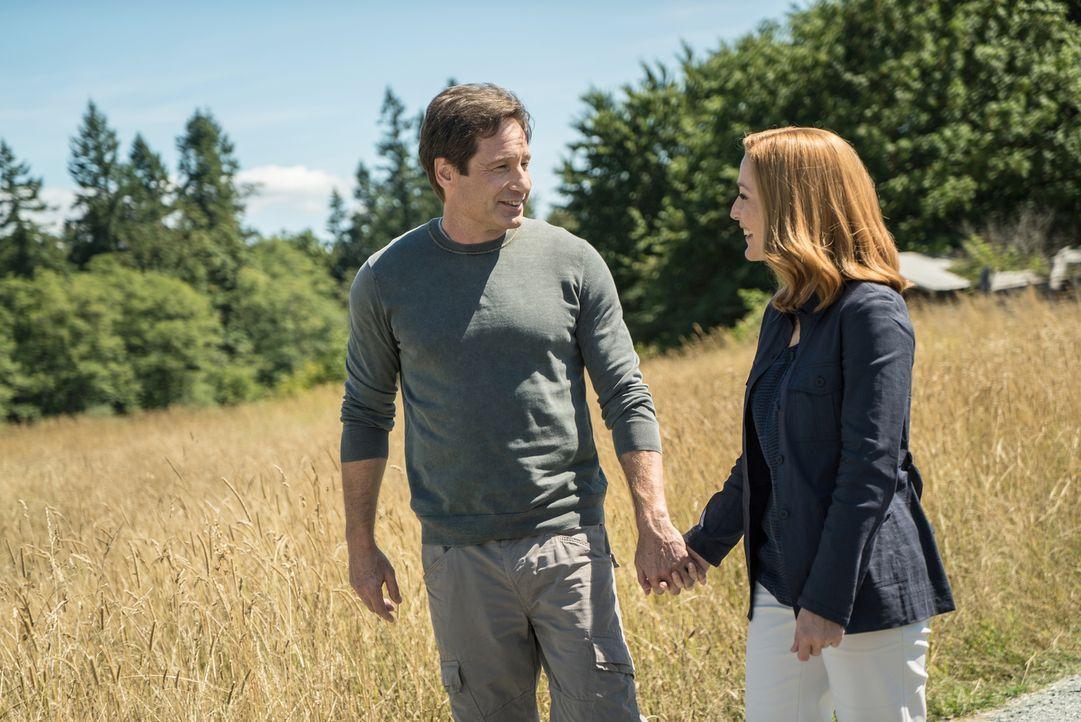 Während Scully (Gillian Anderson, r.) versucht, mit Hilfe von Hirnscans an wichtige Informationen zu einem Attentat zu gelangen, wagt Mulder (David... - Bildquelle: 2016 Fox and its related entities.  All rights reserved.