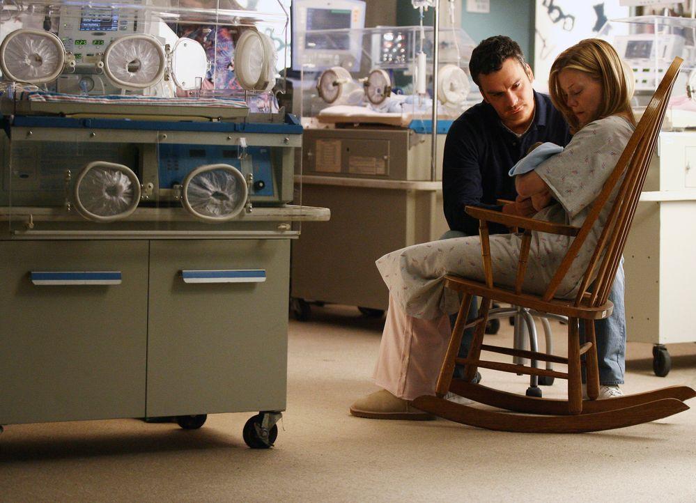 Abschied nehmen: Tommy (Balthazar Getty, l.)  und Julia (Sarah Jane Morris, r.) halten zum letzten Mal ihren sterbenden Sohn William im Arm... - Bildquelle: Disney - ABC International Television