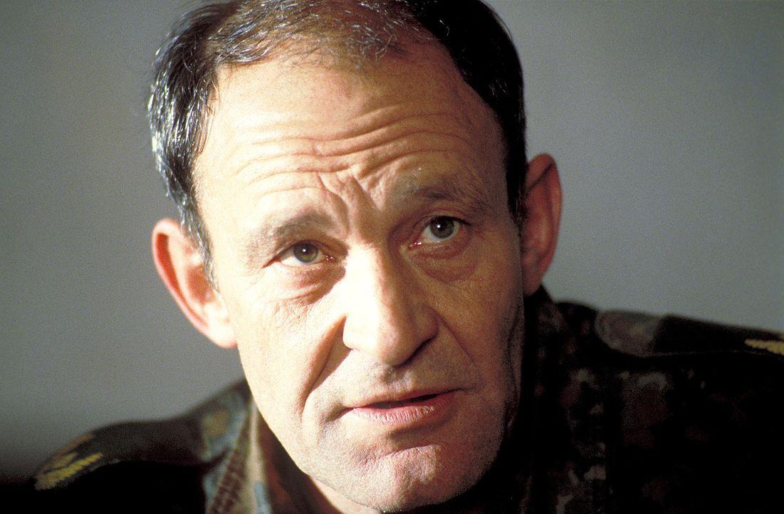 Zu spät erkennt General Troller (Michael Mendl), dass nicht alle Soldaten der dauerhaften Belastung gewachsen sind ... - Bildquelle: Jiri Hanzl ProSieben