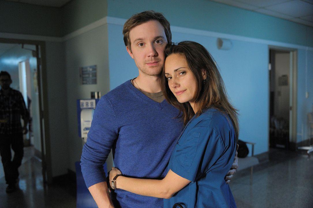 Aidan und Suren erwarten den Besuch der Mutter, die über ihre weitere Zukunft entscheiden soll, während Josh (Sam Huntington, l.) seine Ex-Verlobte... - Bildquelle: Phillipe Bosse 2012 B.H. 2 Productions (Muse) Inc. ALL RIGHTS RESERVED.