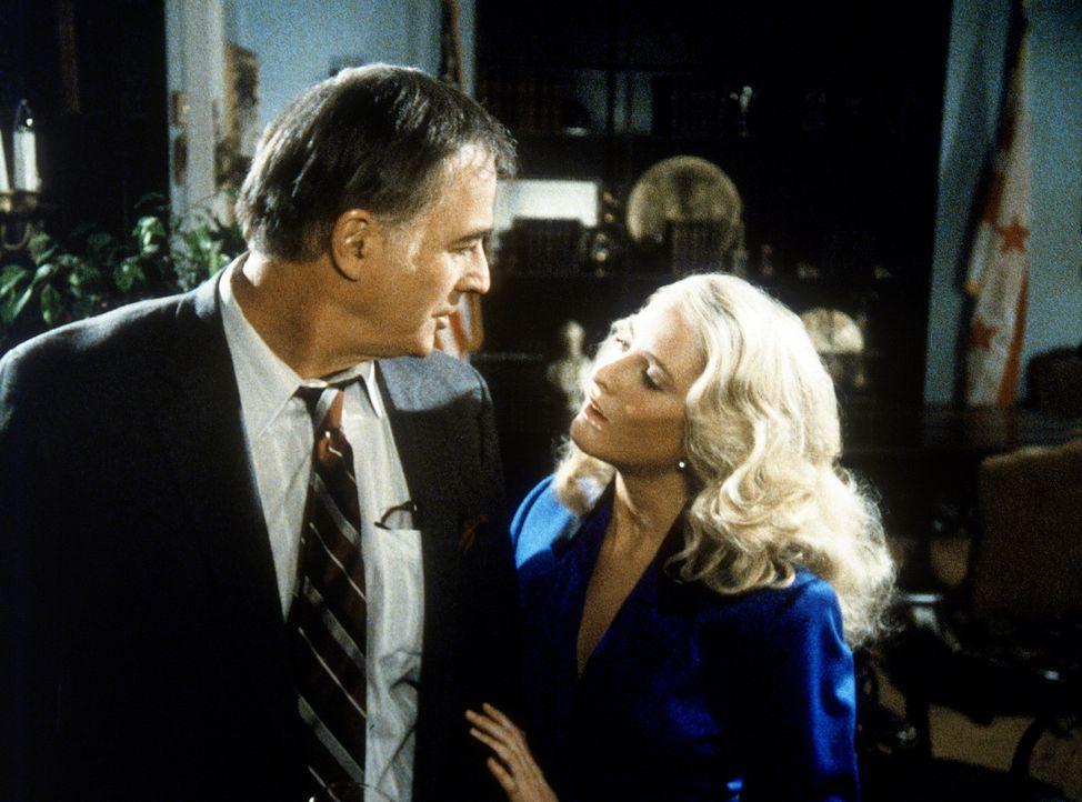 Senator Hoffmeir (William Joyce, l.) verschließt sich nicht den Verführungskünsten der schönen Shauna (r.) ...