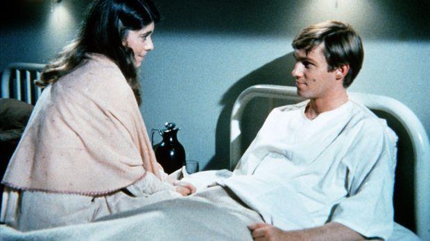 Im Krankenhaus erhält John-Boy (Richard Thomas, r.) Besuch von seiner frühere...